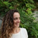 Unsere Bloggerin Linda vor grünen Ranken